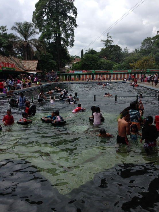 PS : Ini loh pemandiannya... Kayak kolam renang besar gt ya :)