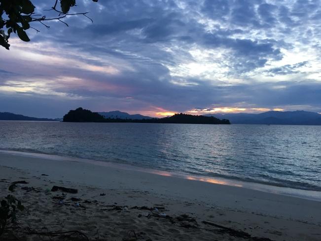 Mataharinya ketutup awan deh :(